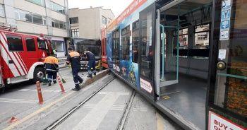Sultangazi'de tramvayın İETT otobüsüne çarptı kaza kamerada
