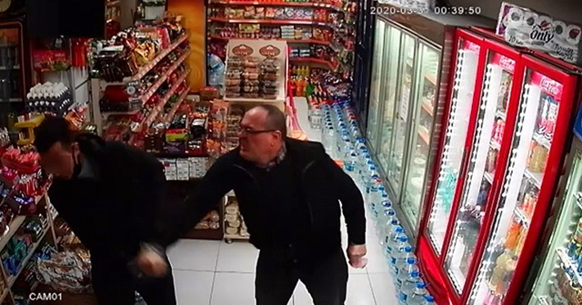 Market sahibi hırsızları tekme tokat döverek dışarı attı