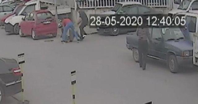 Gençler tokalaşıp, öpüştü ardından bir birlerine bıçakla saldırdı