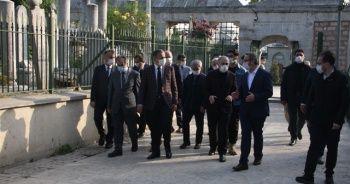 İstanbul Valisi Yerlikaya Fatih Sultan Mehmet Han'ın türbesini ziyaret etti