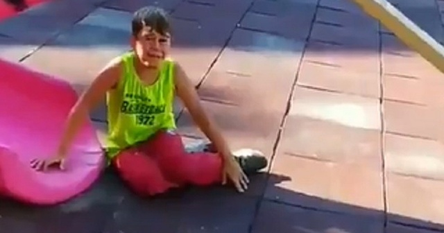 Polisten korkan çocuklar önce saklandı, sonra hatıra fotoğrafı çektirdi