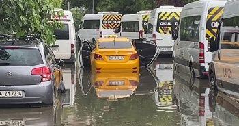 Beşiktaş'ta göle dönen sokakta ticari taksi mahsur kaldı