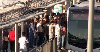Duraklarda sosyal mesafesiz riskli metrobüs bekleyişi