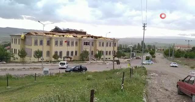 Kuvvetli rüzgar adalet sarayının çatısını böyle uçurdu