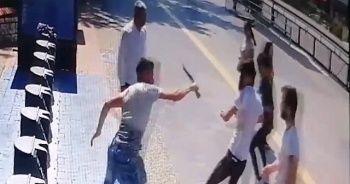 Onlarca vatandaşın gözleri önünde bıçaklanan genç ağır yaralandı