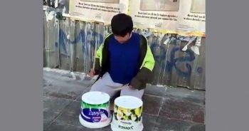 Sokakta yoğurt kovalarıyla ünlü bateristlere taş çıkarttı