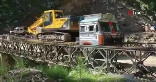 Tırın ağırlığını kaldıramayan köprü çöktü