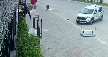 Hırsızın evlere girme anı ise saniye saniye görüntülendi
