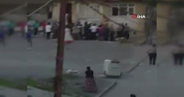Sandalyelerin havada uçuştuğu komşu kavgası kamerada