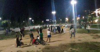 Sosyal mesafeyi hiçe sayıp voleybol oynadılar