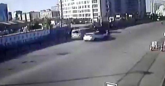Otomobilin çarptığı yaya metrelerce havaya uçtu