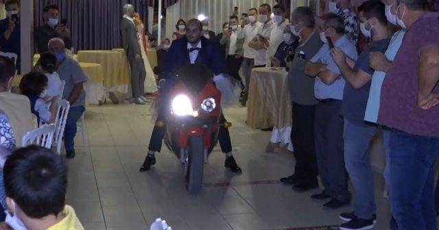 Damat düğün salonuna motosikletle girdi