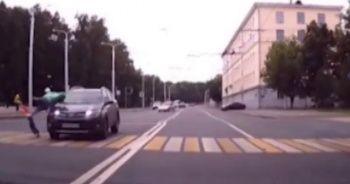 Hamile kadınla çocuğuna aracın çarptığı an kamerada