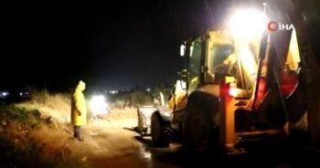 Şiddetli yağış dereleri taşırdı yolları kapadı