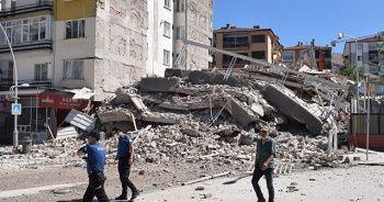 Yıkımı yapılan 6 katlı bina çöktü yan bina hasar gördü