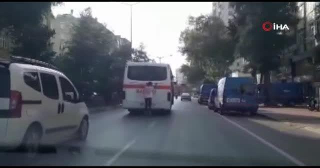 Patenli gencin otobüs arkasındaki tehlikeli yolculuğu kamerada