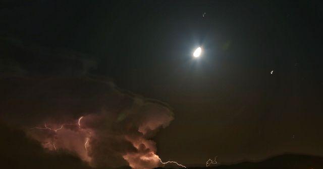Hatay'da ay yıldız manzaralı şimşek şöleni