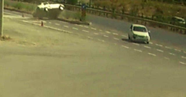 Kavşağa kontrolsüz giren otomobile çarpıp takla attı: 2 yaralı