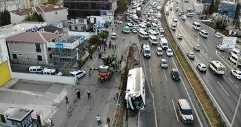 Yolcu otobüsünün yan yattığı kaza kamerada
