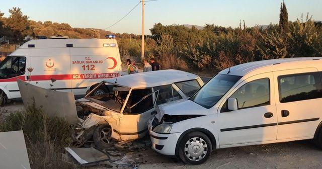 Kuşadası'nda iki otomobil kafa kafaya çarpıştı, 2 yaralı