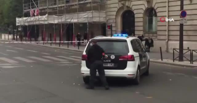 Paris'te bomba ihbarı üzerine Eyfel Kulesi'nin çevresi boşaltıldı