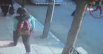 11 yaşındaki kıza arabanın çarptığı an kamerada