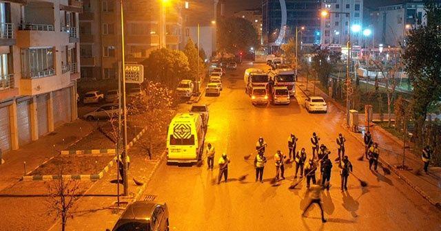 İşçiler halay çekerek cadde ve sokakları temizledi