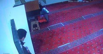 Camiye girip yardım paralarını çalan hırsız kıskıvrak yakalandı
