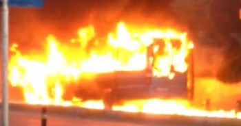 Maltepe'de minibüs alev alev yandı