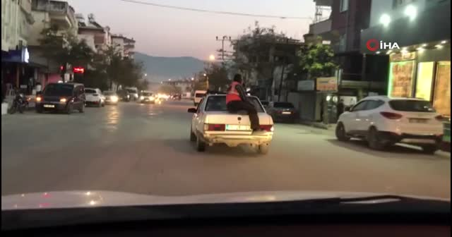 Önce otomobili itti, sonra bagajına oturarak yolculuk yaptı