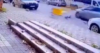 Otomobilin çarptığı motosiklet metrelerce savruldu