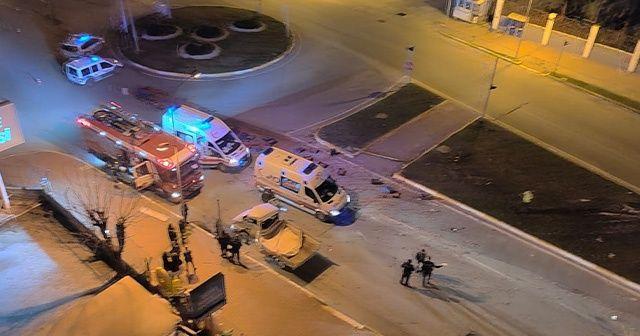 Antalya'da domates yüklü kamyonet otobüsle çarpıştı
