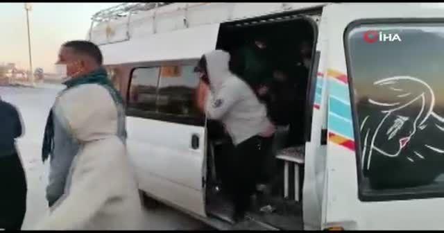 Bir minibüsten 33 kişi çıktı
