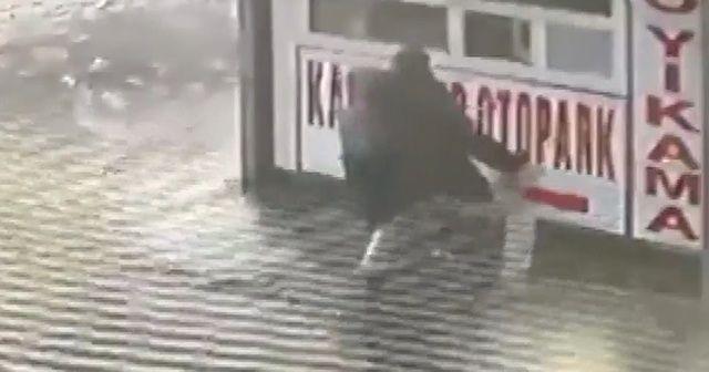 Buzlu yolda düştü ama çocuğunu korudu