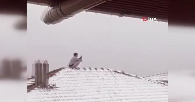 Kar fotoğrafı için canını tehlikeye atıp çatıya çıktı
