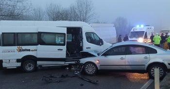 Buzlu yolda 10 araç birbirince girdi: 12 yaralı