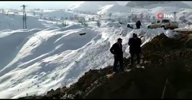 Dondurucu soğukta 6 metre derinliğindeki çukurda çalışma
