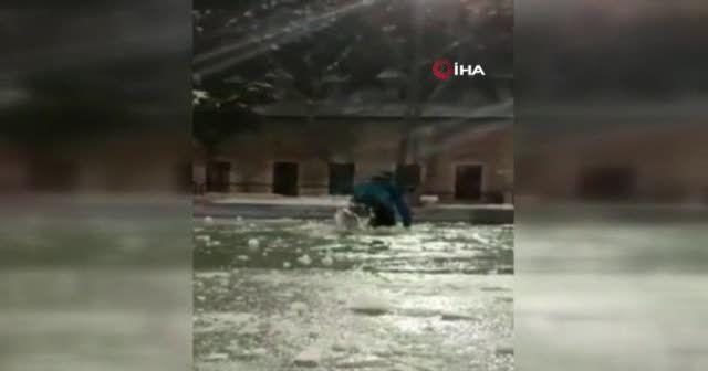 Donmuş süs havuzu üzerinde