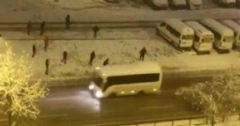 Kar toplarıyla minibüsü hedef aldılar