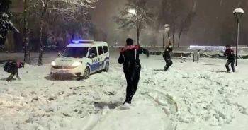 Polis ekipleri gönüllerince karın keyfini çıkardı