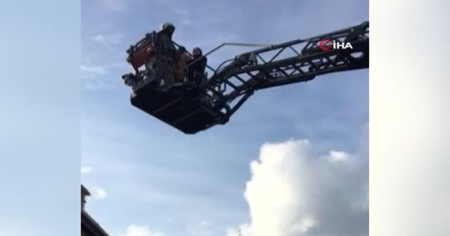 Yangında mahsur kalan anne ve bebeği itfaiye ekipleri kurtardı