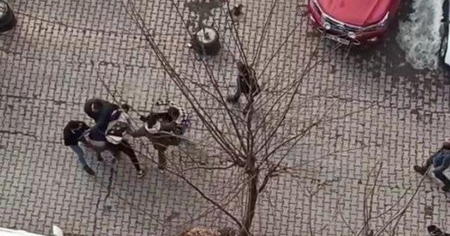 Sokak ortasında yumruklu kavga kamerada