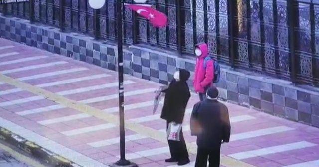 Yaşlı adamın bayrak hassasiyeti kamerada
