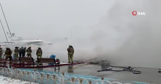 Bebek sahilinde park halindeki 2 teknede yangın