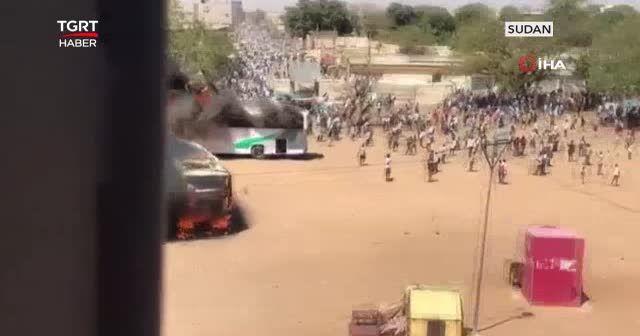 Göstericiler otobüsleri ateşe verdi