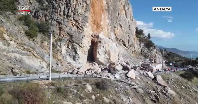 Heyelan yolu trafiğe kapattı