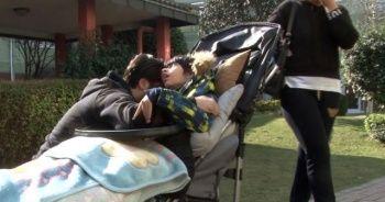 Engelli çocuğuna sarılan ünlü şarkıcı, gözyaşlarına boğuldu