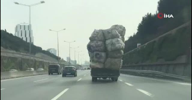Kasası aşırı yük dolu olan kamyonetin tehlikeli yolculuğu