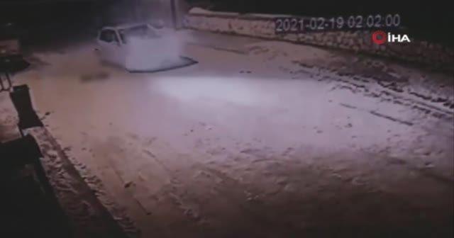 Köpeği vurduktan sonra tekmeleyip çöpe attılar