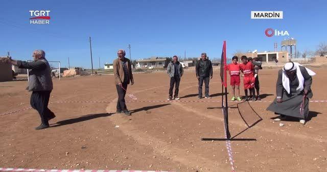 Şalvarlı fistanlı badminton maçı